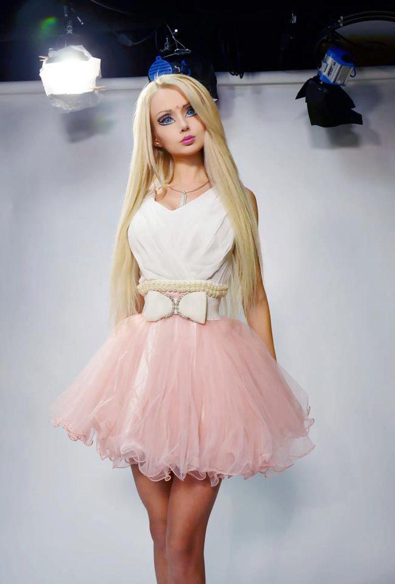 صورة فساتين باربي منفوشه قصيرة , باربى احلى عروسة بفستانها القصير