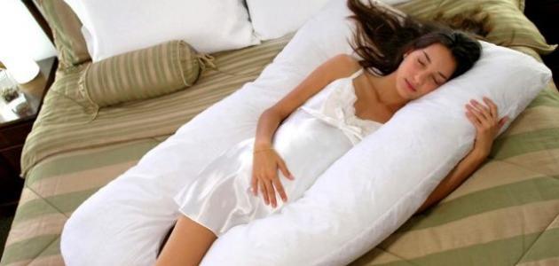 صورة افضل طريقة نوم للحامل , انسب طريقه نوم لراحه جسم الحامل