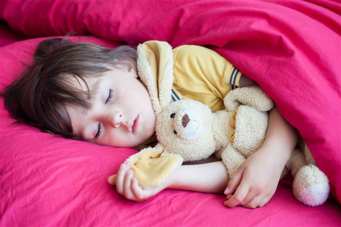 صورة تعويد الطفل على النوم بمفرده , كيفية التخلص من النوم مع الاطفال