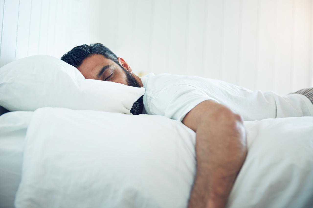 صورة النوم على البطن , اسباب وطرق التخلص من النوم علي البطن