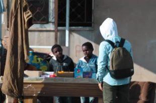 صورة رجل اعمال يساعد الشباب , اماراتي يدخل الفرحه في قلوب المحتاجين