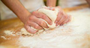 صورة عجن الخبز في المنام , تفسير حلم العجين